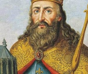 king and middle age image