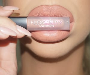 full, lips, and matte image