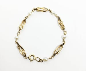 chain link, golden, and pearl brACELET image