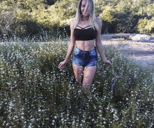 blonde, flor, and jardim image