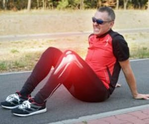 knee problems and choose good walking shoes image