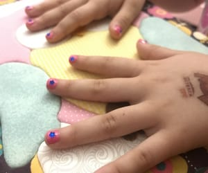 crianca, unhas, and rosa image