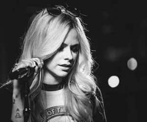 Avril Lavigne, blanco y negro, and fotografía image
