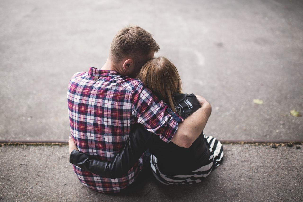 حُبْ, عشقّ, and تبكي image