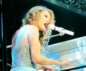 reblog and Taylor Swift image