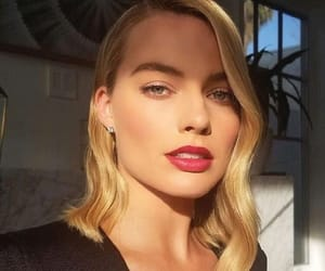 margot robbie and hair image