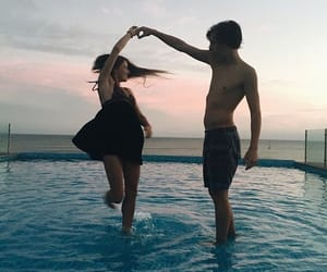 La imagen puede contener: 2 personas, cielo, océano, exterior, agua y naturaleza