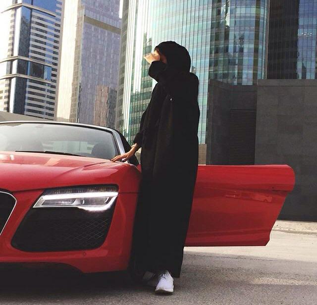 Картинка девушка за рулем спиной в хиджабе