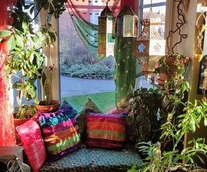 La imagen puede contener: planta, sala de estar, tabla e interior