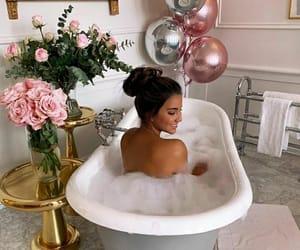 balloons, banheira, and bathroom image