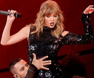 Taylor Swift and reputation tour image
