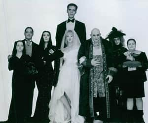 black and white, blanco y negro, and the addams family image