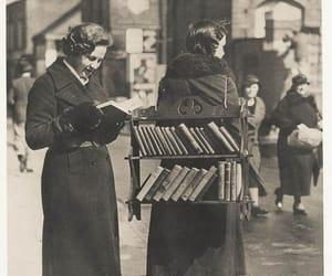 English mobile librarian. London, 1930s.