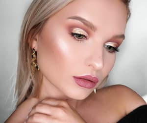 makeup, pink lips, and glitter eyes image