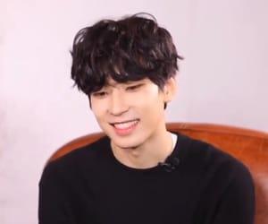 curly hair, korea, and kpop image