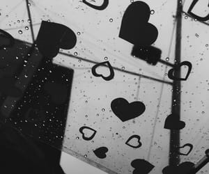 blanco y negro, lluvia, and corazón image