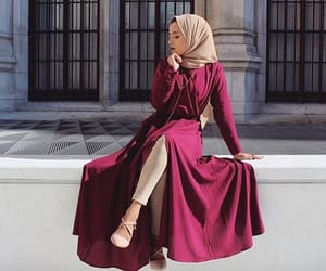 beige, burgundy, and greñas image