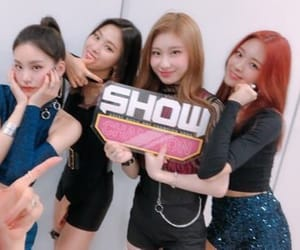 lee, hwang, and itzy image