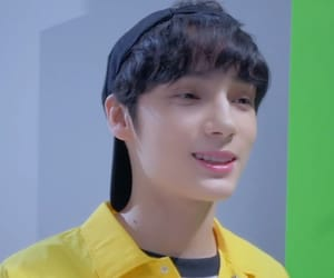 txt and kpop image