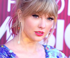 Taylor Swift, red carpet, and iheart radio 2019 image