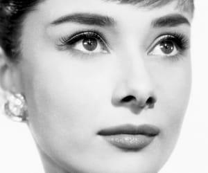 audrey hepburn, belleza, and blanco y negro image