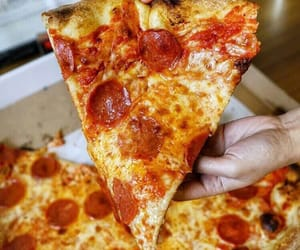 food, food porn, and pizza image