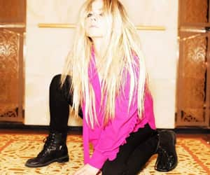 Avril Lavigne, famosos, and pink image