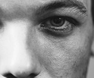 b&w, close up, and louis tomlinson image