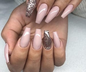nails and winnie harlow image