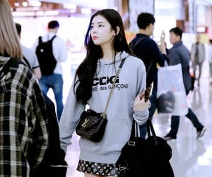 airport, candid, and itzy image