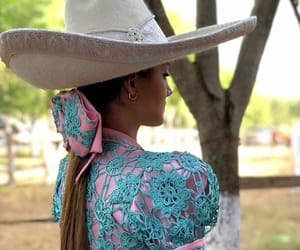 colors, mujer a caballo, and cultura image