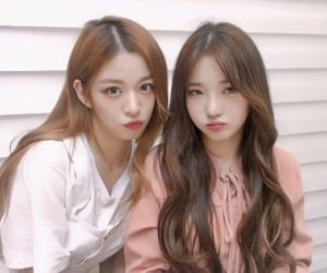 lee chaeyoung, roh jisun, and fromis image