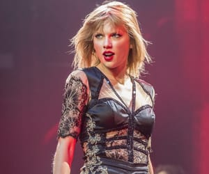 Taylor Swift and red tour image