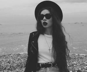 blanco y negro, chicas, and chaquetas image