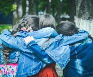 filles, meilleures amies, and bras dessus bras dessous image