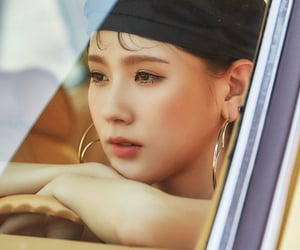 jeon soyeon, song yuqi, and seo soojin image