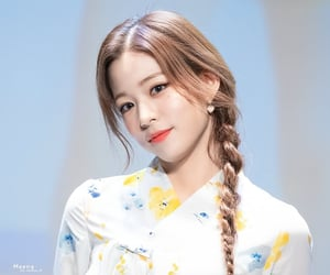 lee chaeyoung and fromis image