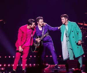 jonas brothers and happiness begins tour image