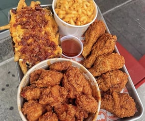 My mouth is watering over this crispy fried chicken with cheesy bacon fries and a bowl of Mac and cheese 🧀 🥓 🍗 🍟