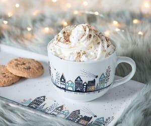 Plat à cake en porcelaine blanche motifs à pois chocolat chaud gourmand pour un hiver cosy slow life hygge et scandinave La tendance COSY BLUE dévoile les secrets du bonheur à la nordique ! Au programme : une palette de bleus et de verts, quelques touches