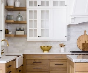 loving 2 toned cabinets
