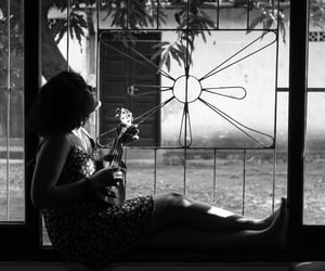 b&w, ukulele, and garota image