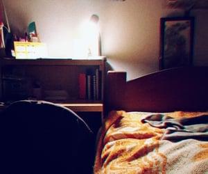 bed, lámpara, and cama image