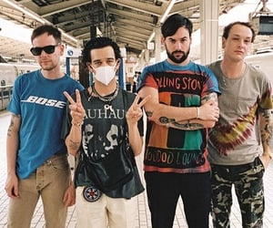 band, the 1975, and famous image