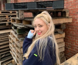 itzy, yuna, and kpop image