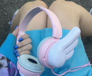 headphones and trumbl image