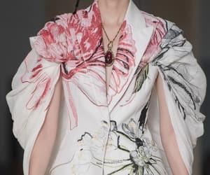 Alexander McQueen, elegancia, and belleza image