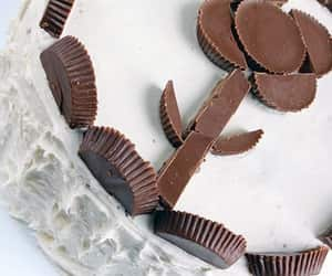 cup cake, reese's, and peanut butter image