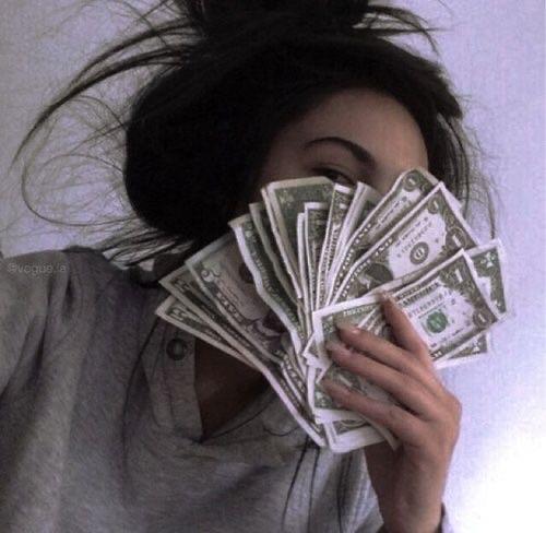 صور بنات مع المال   صور دولارات