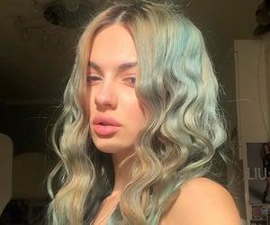 green hair, wavy hair, and slay image